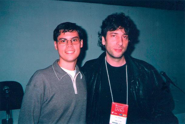 Samir Naliato e Neil Gaiman, durante a coletiva de imprensa, no Rio de Janeiro