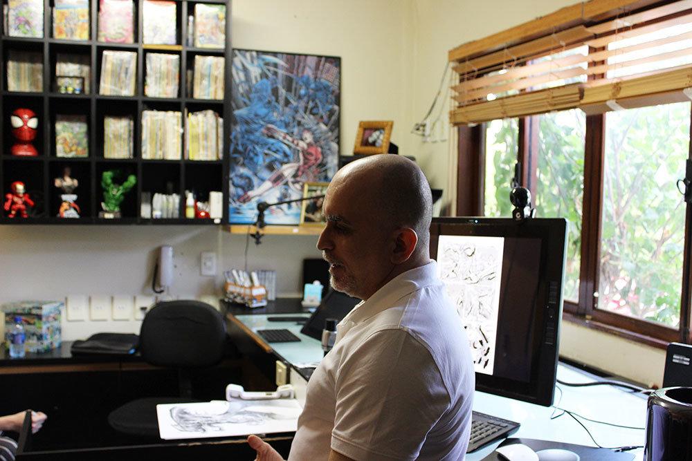 Mike Deodato Jr. em seu estúdio