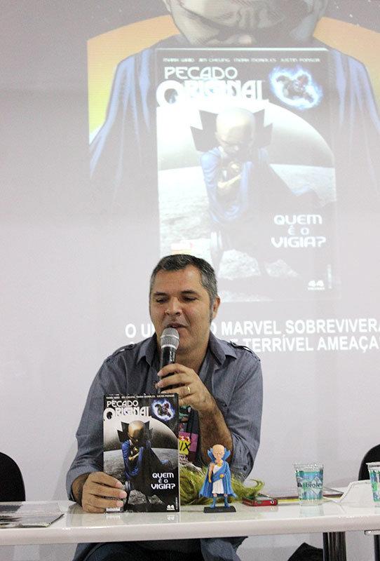 Levi Trindade na palestra sobre a Marvel