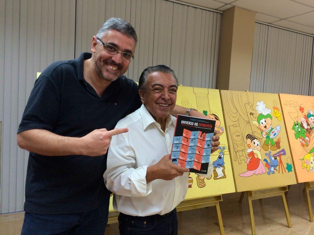 Mauricio de Sousa recebe o livro Universo HQ Entrevista
