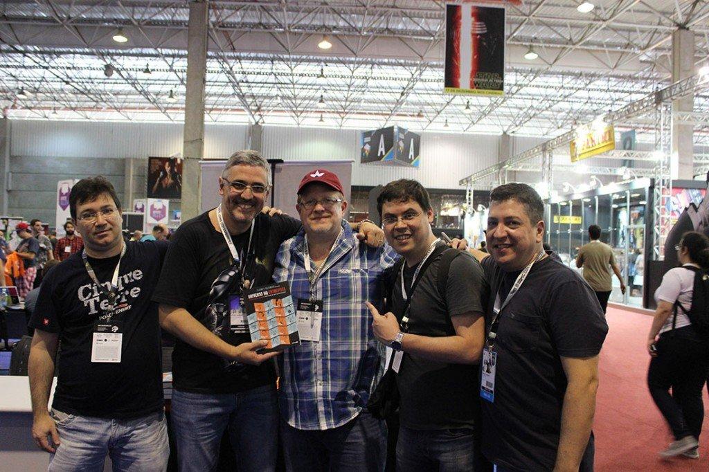 Mark Waid recebe o livro Universo HQ Entrevista