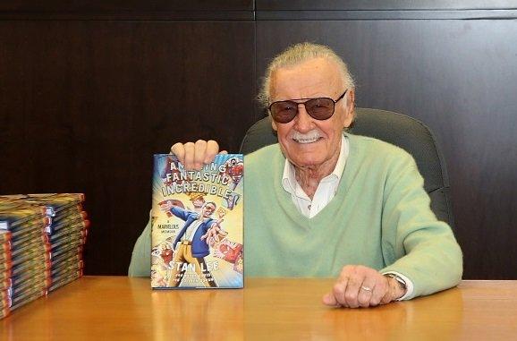 Stan Lee autografa livro